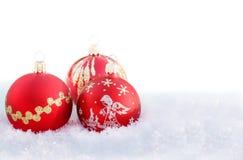 Bolas de la Navidad en la nieve blanca Fotografía de archivo