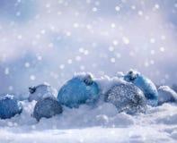 Bolas de la Navidad en la nieve mullida Fotografía de archivo