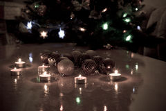 Bolas de la Navidad en la tabla Fotos de archivo