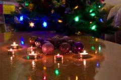 Bolas de la Navidad en la tabla Imagen de archivo libre de regalías