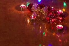 Bolas de la Navidad en la tabla Imágenes de archivo libres de regalías