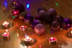 Bolas de la Navidad en la tabla Foto de archivo libre de regalías