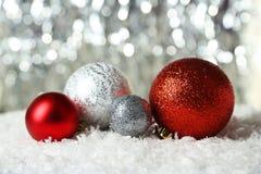 Bolas de la Navidad en las luces fondo, cierre para arriba Imágenes de archivo libres de regalías