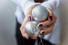 Bolas de la Navidad en las manos Imágenes de archivo libres de regalías