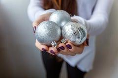 Bolas de la Navidad en las manos Imagen de archivo libre de regalías