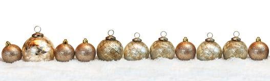 Bolas de la Navidad en la nieve Fotos de archivo libres de regalías