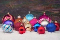 Bolas de la Navidad en nieve Imágenes de archivo libres de regalías