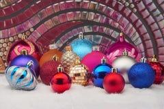 Bolas de la Navidad en nieve Imagenes de archivo