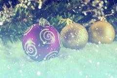 Bolas de la Navidad en la nieve Proceso del vintage Foto de archivo libre de regalías