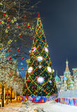 Bolas de la Navidad en ramas de árbol en cuadrado rojo Foto de archivo libre de regalías