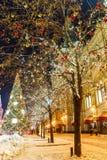 Bolas de la Navidad en ramas de árbol en cuadrado rojo Imagen de archivo