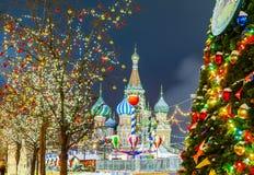 Bolas de la Navidad en ramas de árbol en cuadrado rojo Imagenes de archivo