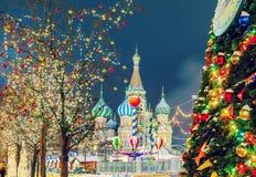 Bolas de la Navidad en ramas de árbol en cuadrado rojo Foto de archivo
