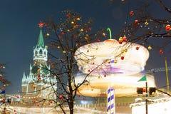 Bolas de la Navidad en ramas de árbol en cuadrado rojo Fotografía de archivo libre de regalías
