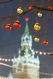 Bolas de la Navidad en ramas de árbol en cuadrado rojo Fotos de archivo libres de regalías