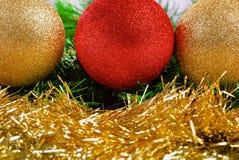 Bolas de la Navidad en ramas verdes del abeto Fotografía de archivo