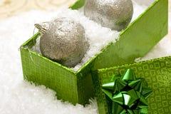 Bolas de la Navidad en rectángulo de regalo Imágenes de archivo libres de regalías