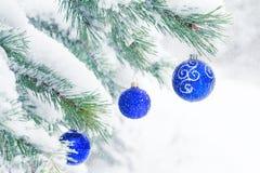 Bolas de la Navidad en un árbol de pino escarchado en la nieve Fotografía de archivo