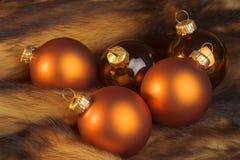 Bolas de la Navidad en una piel Fotografía de archivo