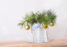 Bolas de la Navidad en una rama del árbol en los floreros de cristal Fotos de archivo