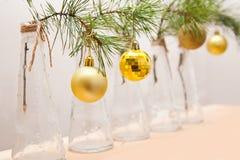 Bolas de la Navidad en una rama del árbol en los floreros de cristal Imagenes de archivo