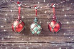 Bolas de la Navidad en viejo fondo de madera La Navidad Copie el espacio Fotografía de archivo
