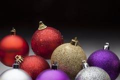 Bolas de la Navidad fijadas contra fondo negro Fotos de archivo