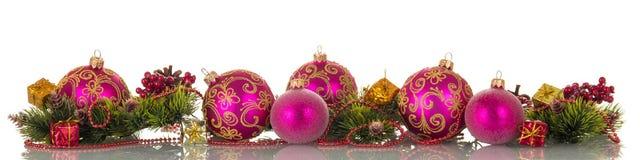 Bolas de la Navidad, gotas, ramas y conos, regalos del pino, aislados Foto de archivo