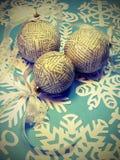Bolas de la Navidad hechas del periódico Fotografía de archivo libre de regalías