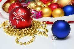 Bolas de la Navidad, juguetes, guirnalda en bolso rojo Fotografía de archivo libre de regalías