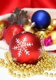 Bolas de la Navidad, juguetes, guirnalda en bolso rojo Imágenes de archivo libres de regalías