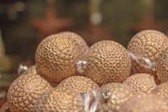 Bolas de la Navidad de oro y blanca que mienten en un cuenco Fotos de archivo libres de regalías
