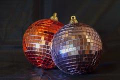 Bolas de la Navidad que brillan contra un fondo negro Imágenes de archivo libres de regalías
