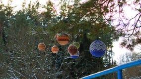 Bolas de la Navidad que cuelgan en las ramas del pino cubiertas con nieve metrajes