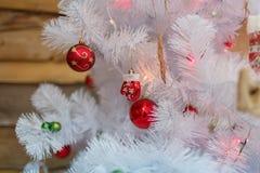 Bolas de la Navidad que cuelgan en un árbol de navidad decorativo dentro Foto de archivo