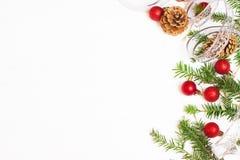 Bolas de la Navidad, ramas del abeto y conos rojos Imagenes de archivo