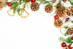 Bolas de la Navidad, ramas del abeto y conos rojos Imagen de archivo