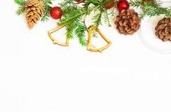 Bolas de la Navidad, ramas del abeto y conos rojos Fotos de archivo