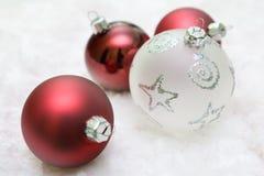 Bolas de la Navidad roja y blanca Fotografía de archivo