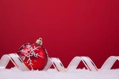 Bolas de la Navidad sobre un fondo rojo Fotos de archivo libres de regalías