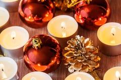 Bolas de la Navidad, velas y conos del pino Foco selectivo Fotos de archivo