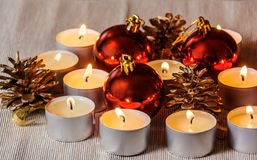 Bolas de la Navidad, velas y conos del pino Foco selectivo Imágenes de archivo libres de regalías