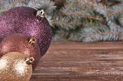 bolas de la Navidad y agujas del pino en fondo de madera Fotografía de archivo
