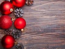 Bolas de la Navidad y conos rojos del pino Fotografía de archivo
