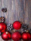 Bolas de la Navidad y conos rojos del pino Fotografía de archivo libre de regalías