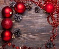 Bolas de la Navidad y conos rojos del pino Fotos de archivo