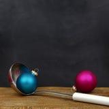 Bolas de la Navidad y cuchara de la porción Fotografía de archivo