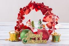 Bolas de la Navidad y decoración del Año Nuevo en etiqueta de madera del viejo grunge Fotos de archivo libres de regalías