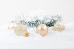 Bolas de la Navidad y del Año Nuevo en fondo ligero Fotos de archivo libres de regalías