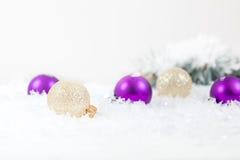 Bolas de la Navidad y del Año Nuevo en fondo ligero Fotografía de archivo